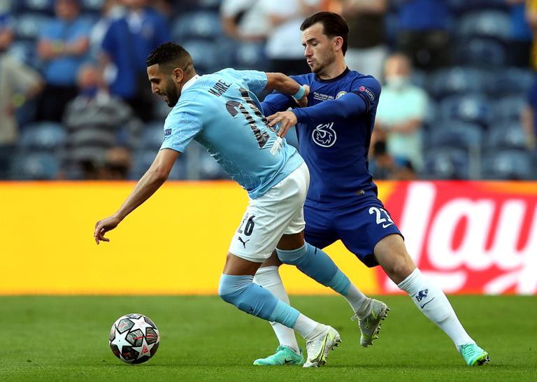 Chilwell (phải) vô hiệu hóa Mahrez bên cánh trái Chelsea.