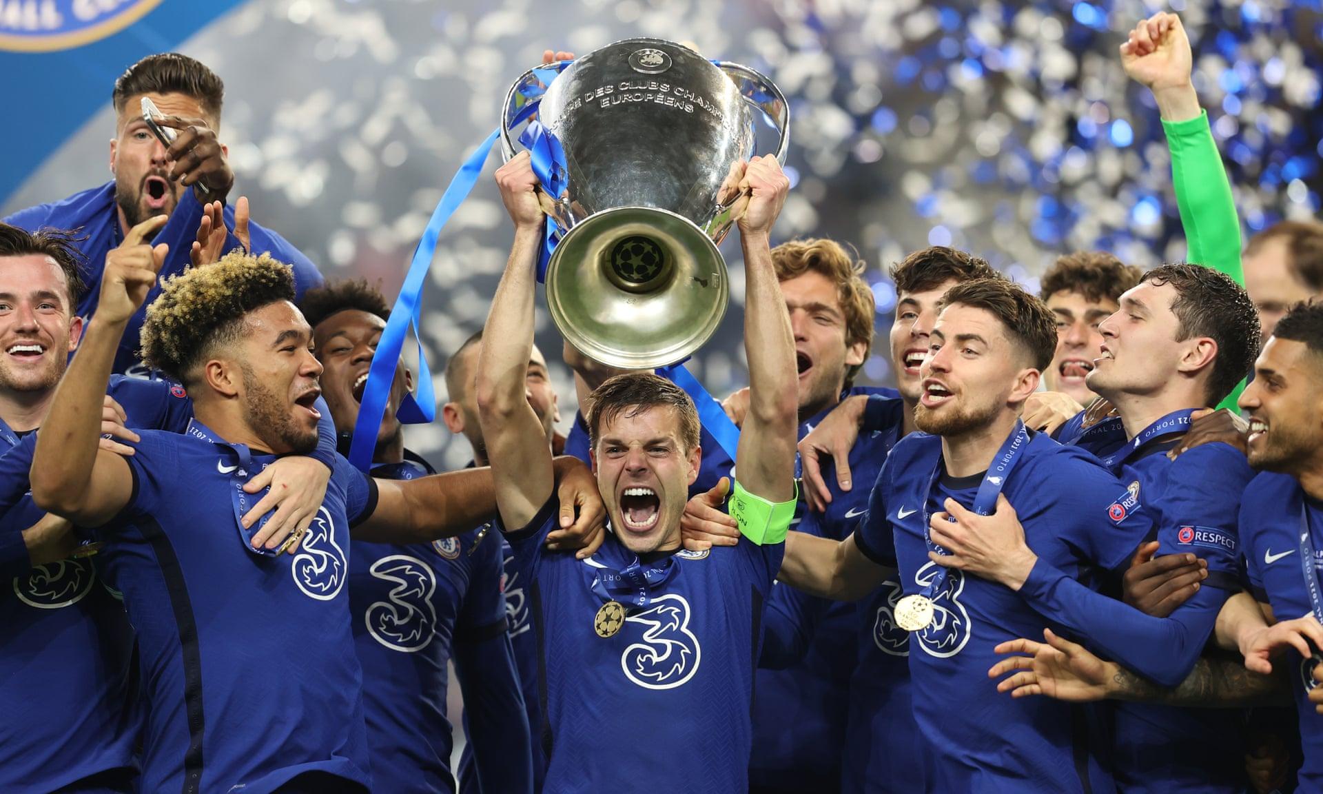 Azpilicueta nâng danh hiệu Champions League 2020-2021. Ảnh: UEFA