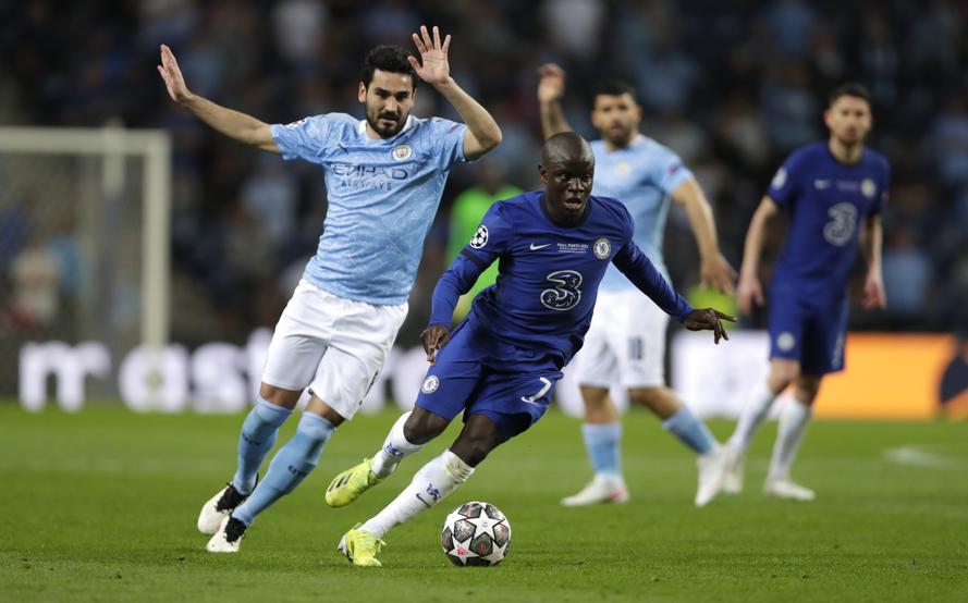 Kante chơi như một động cơ kéo Chelsea lên công về thủ. Ảnh: AP.