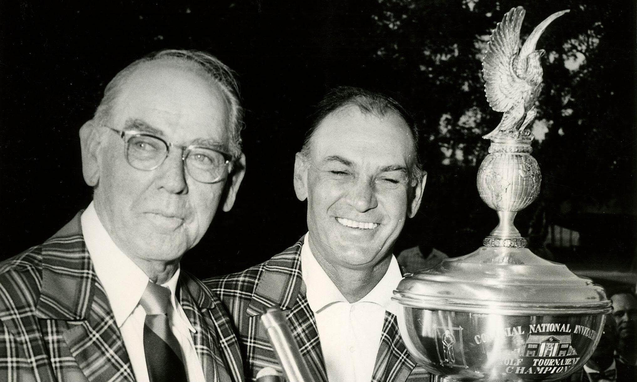 Leonard (kiri) mempersembahkan trofi kepada Ben Hogan setelah Hogan pernah memenangkan Undangan Nasional Kolonial - pendahulu Tantangan Charles Schwab.  Foto: Kota Kertas