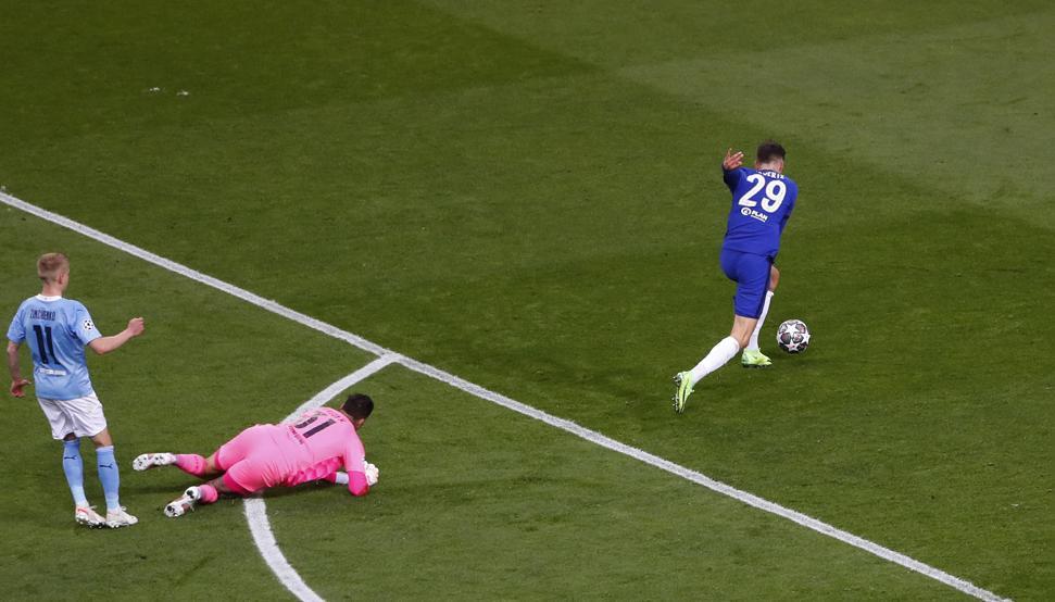 Zinchenko (trái) mắc sai lầm dẫn đến bàn thua của Man City.