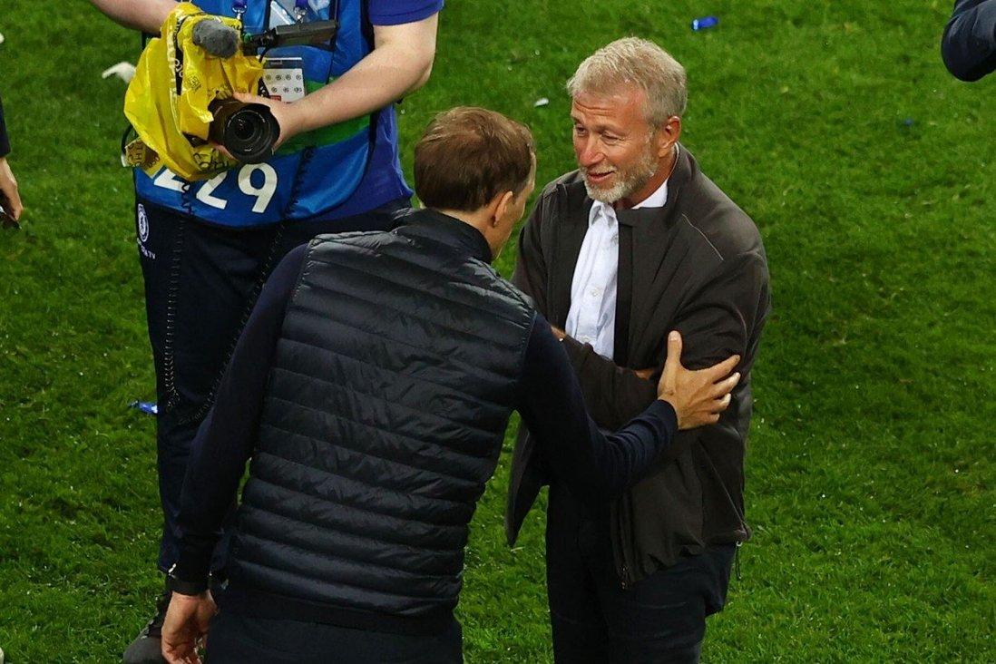 Tuchel chào và trò chuyện với Abramovich trên sân Dragao trong lễ nhận cup vô địch Champions League trên sân Dragao, Porto hôm 29/5.