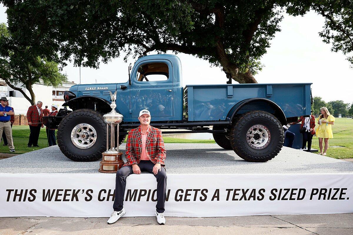 Kokrak nhận cúp, cùng phần thưởng hiện vật là chiếc 1946 Power Wagon. Ảnh: PGA Tour