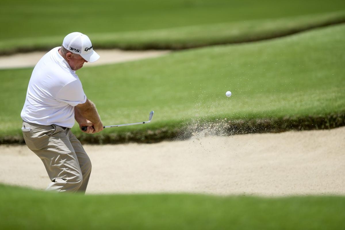 Sowards thoát bẫy cát ở vòng hai Senior PGA Championship trên sân Southern Hill hôm 27/5. Ảnh: Tulsaworld