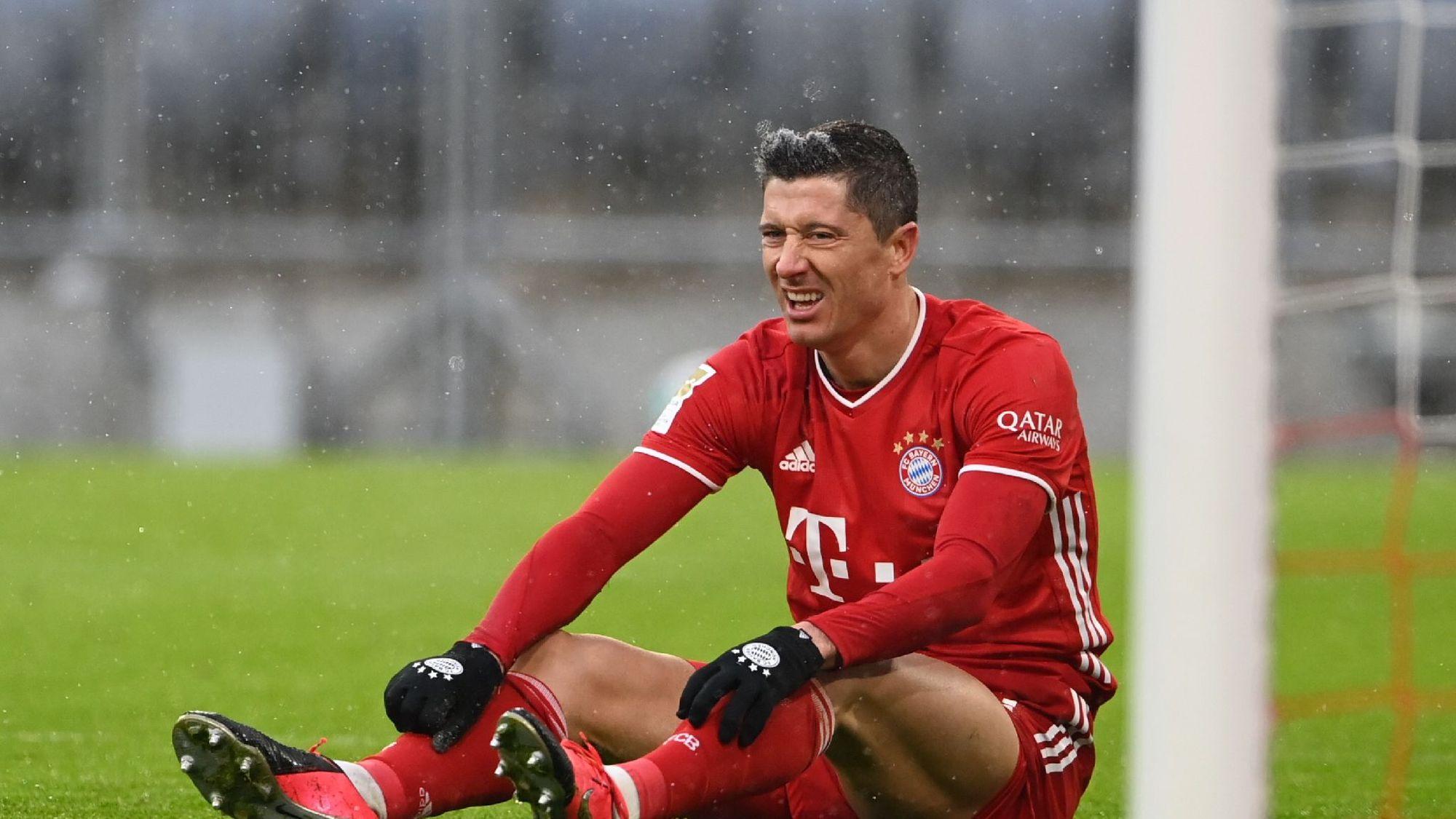 Lewandowski phải đá tới 60 trận chỉ trong vòng một năm qua, kể từ khi bóng đá trở lại sau Covid-19. Ảnh: AFP