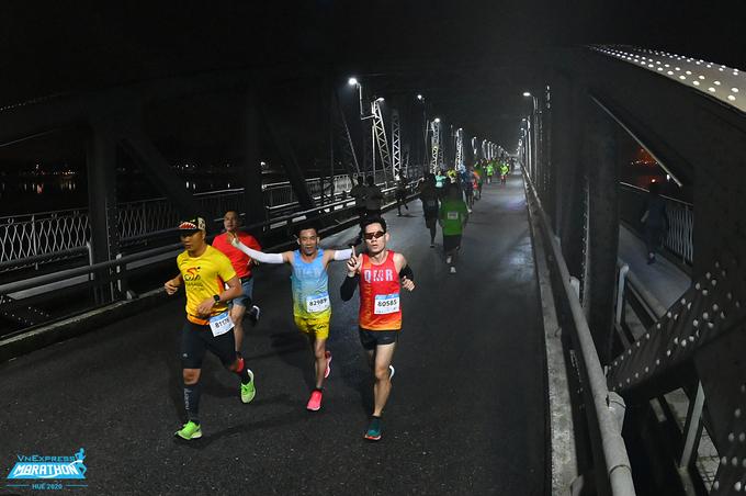 Pelari dari segala usia dan profesi dapat berpartisipasi dalam kampanye lari virtual V-Race.  Foto: VnExpress Marathon
