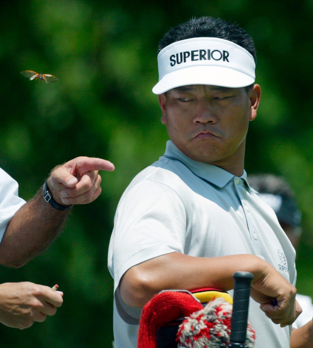Golfer Hàn K.J. Choi ngoái nhìn theo một chú ve bay ngang vai ở Memorial Tournament năm 2004. Ảnh: Columbus Dispatch