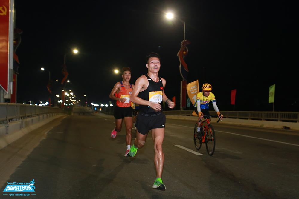Runner chạy trên cầu Thị Nại buổi sáng sớm tại giải VnExpress Marathon Quy Nhơn 2020. Ảnh: VnExpress Marathon.