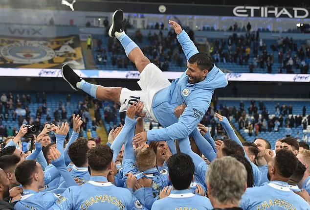Các cầu thủ Man City,tung hô Aguero trong trận cuối Ngoại hạng Anh 2020-2021.