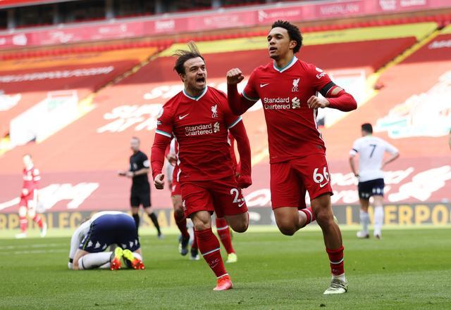 Alexander-Arnold (phải) có suất dự Euro nhờ phong độ quật khởi trong màu áo Liverpool.