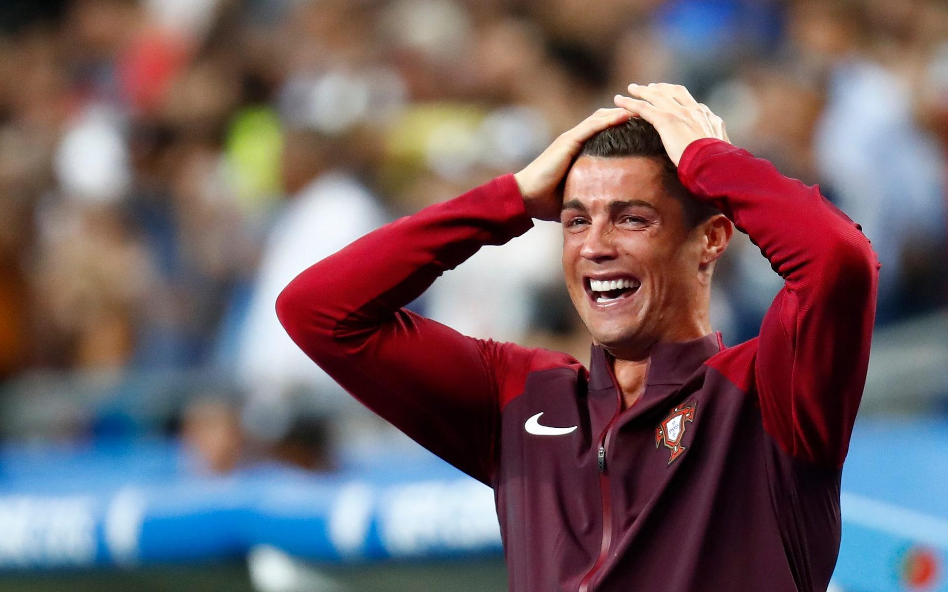 Ronaldo vỡ oà cảm xúc khi tan trận chung kết Euro 2016 với phần thắng và chức vô địch thuộc về Bồ Đào Nha. Ảnh: Reuters