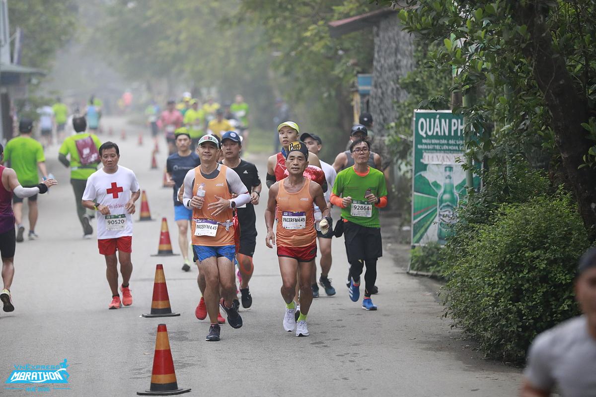 A group of athletes on the VM Hue 2020 track. Photo: VnExpress Marathon.