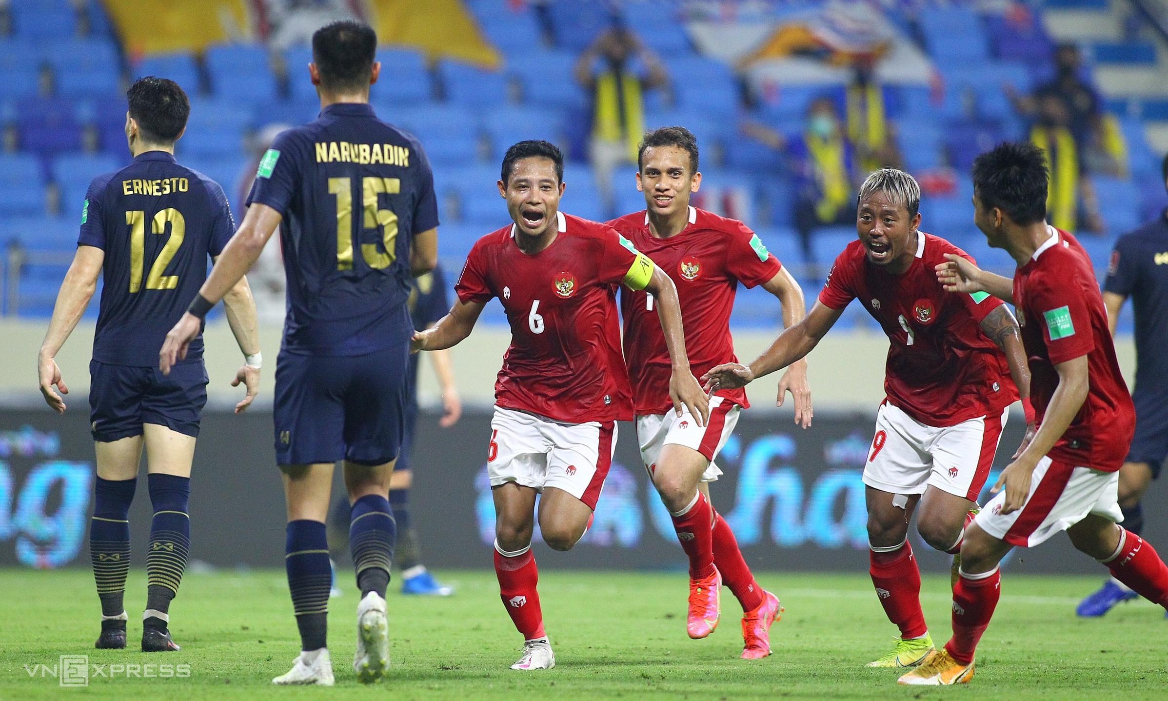 Đội trưởng Evan Dimas (số 6) mừng bàn ấn định tỷ số 2-2. Ảnh: Lâm Thoả