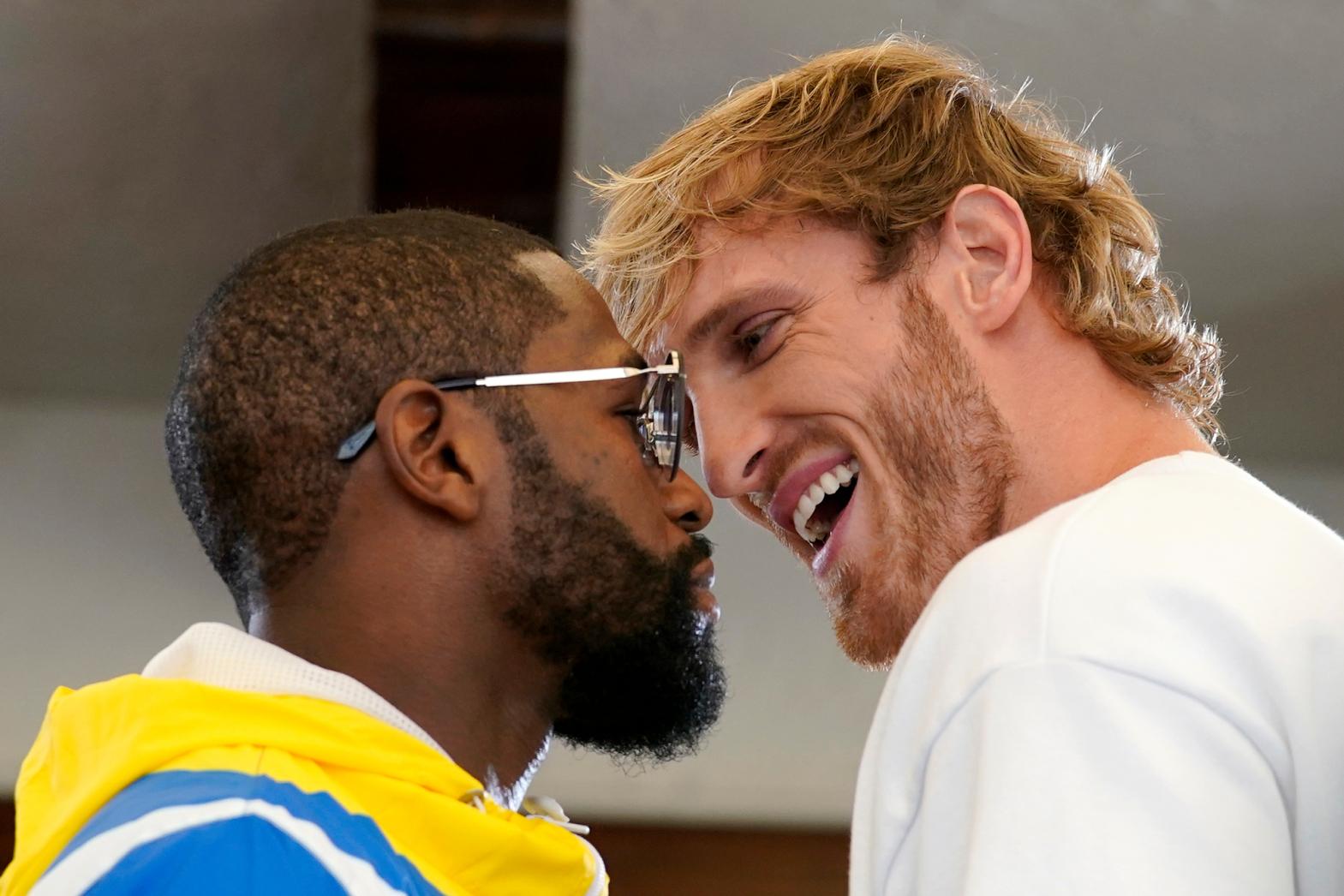 Mayweather dan Logan Paul bertemu di Hard Rock Stadium kemarin 4/6.  Foto: AP