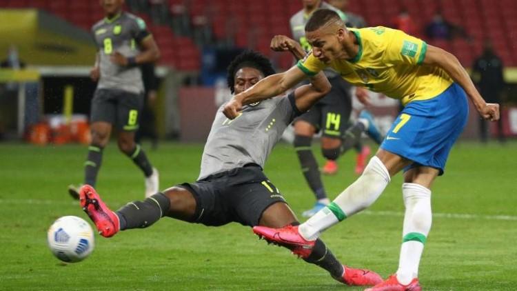 Richarlison membuka skor untuk Brasil dengan situasi penanganan yang menentukan.  Foto: AP.