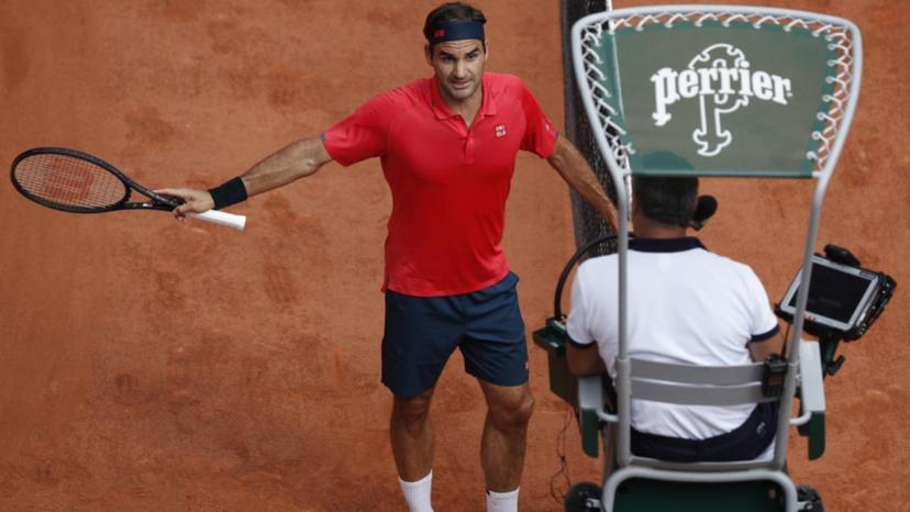 Federer bereaksi keras terhadap wasit saat diingatkan.  Foto: EPA