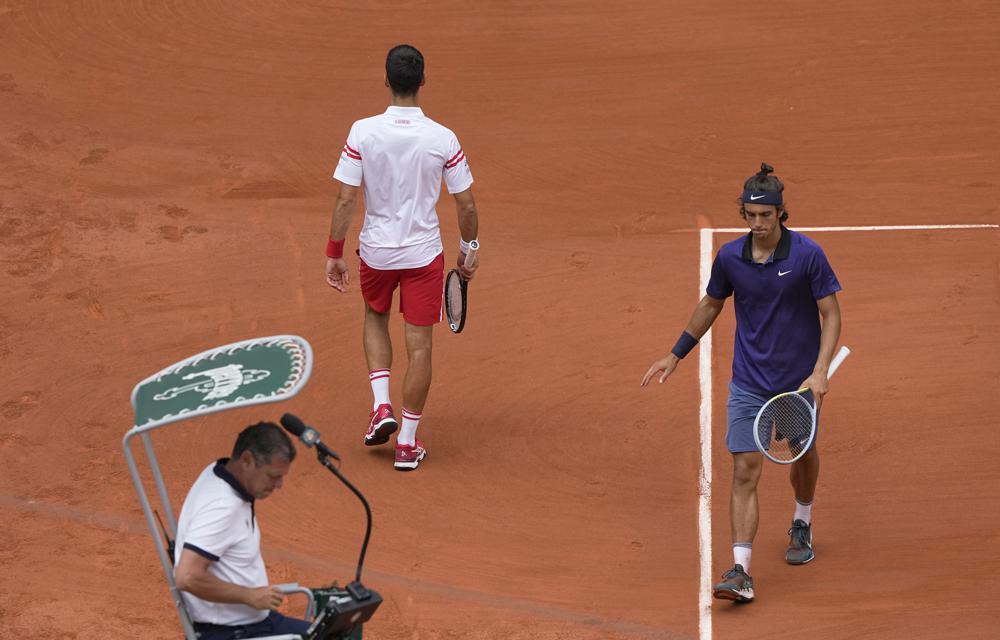Musetti (xanh), trong lần đầu dự Roland Garros suýt hạ Djokovic. Ảnh: AP