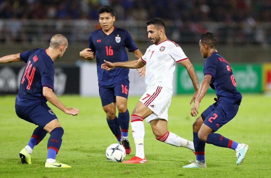 Ali Mabkhout (áo trắng) ghi bàn duy nhất cho UAE trong trận lượt đi thua 1-2 trên sân Thái Lan hôm 15/10/2019. Ảnh: Reuters