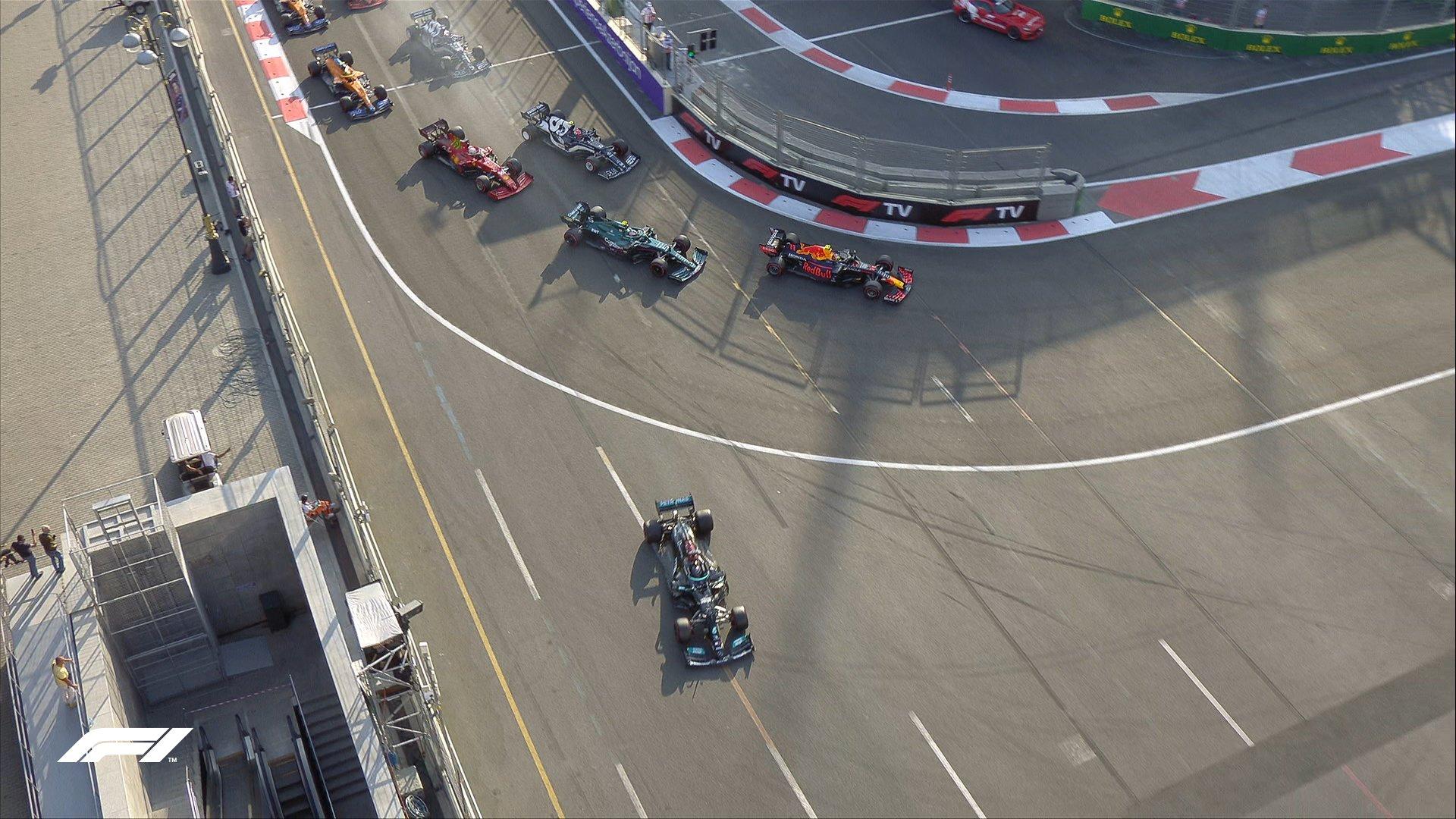 Hamilton bị kẹt phanh, văng khỏi đường đua khi đoàn đua vào hai vòng cuối. Ảnh: Formula1