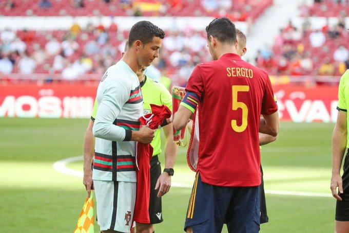 Ronaldo và Sergio Busquets trao cờ trước trận Tây Ban Nha - Bồ Đào Nha hôm 6/4. Ảnh: EFE.