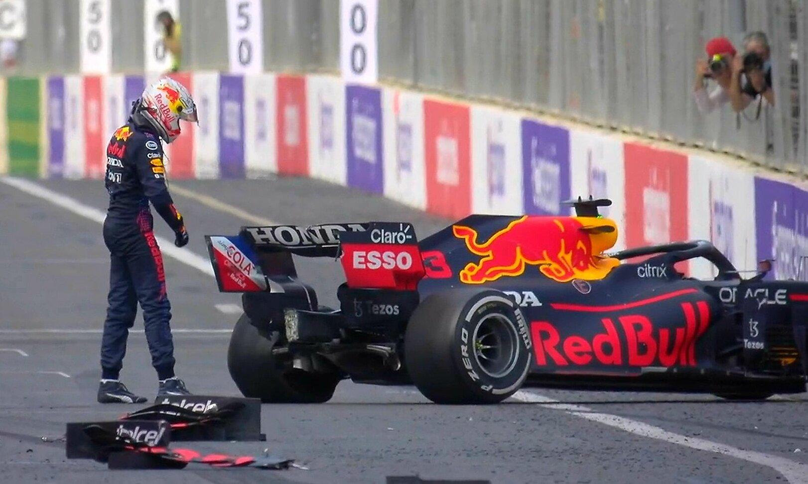 Verstappen tuyệt vọng bên chiếc RB16B bị nổ lốp đúng lúc anh đang dẫn đầu và tràn trề hy vọng về nhất tại Baku. Ảnh: Formula1