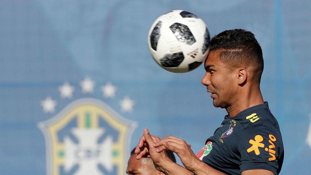 Casemiro trên sân tập của tuyển Brazil chuẩn bị cho trận đấu Paraguay. Ảnh: CBF