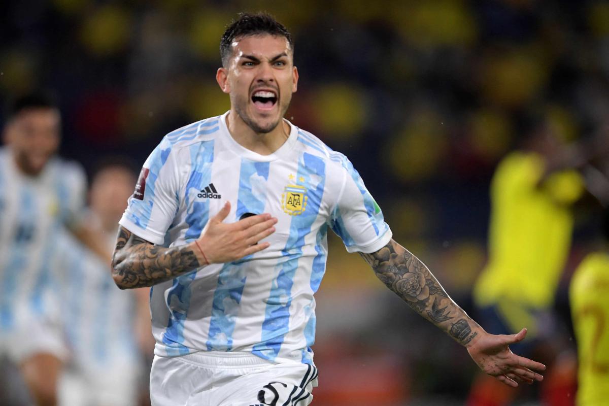 Argentina dẫn hai bàn chỉ sau tám phút đầu.