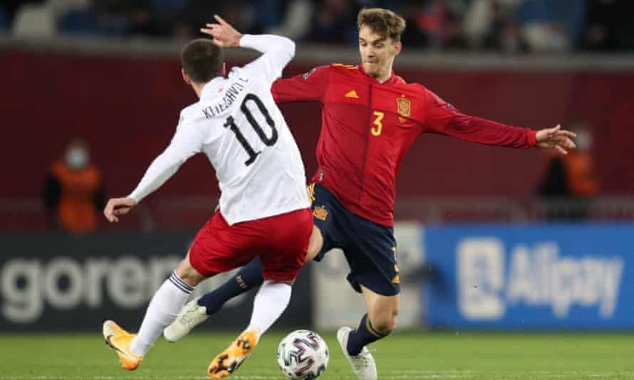 Diego Llorente (áo đỏ) là tuyển thủ mới nổi của Tây Ban Nha và CLB Leeds United. Ảnh: Reuters.