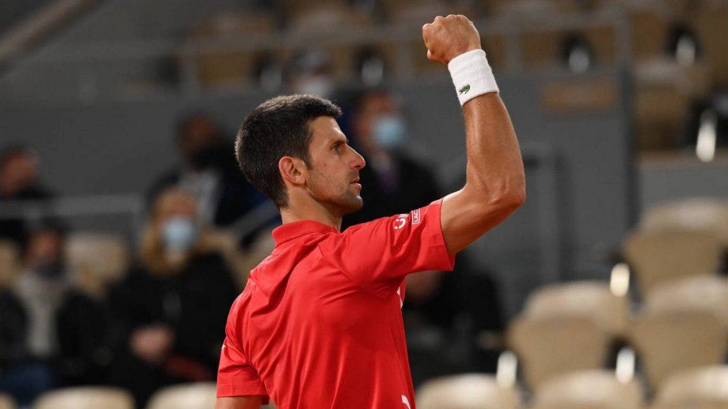 Djokovic ăn mừng trong trận đấu Matteo Berrettini ở tứ kết Roland Garros.
