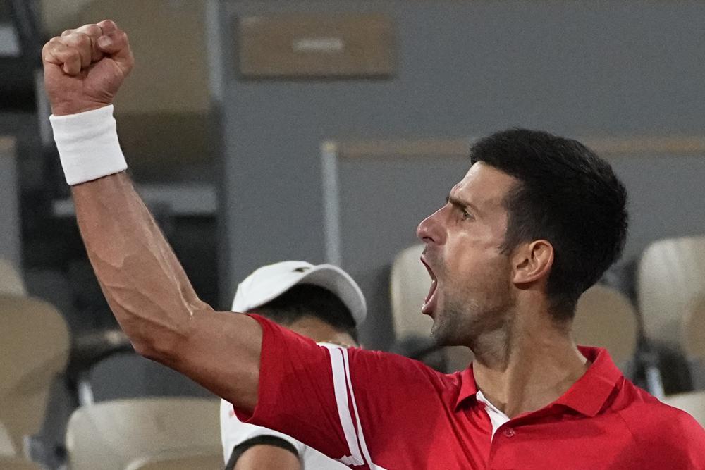 Djokovic hét lớn mừng chiến thắng. Ảnh: AP