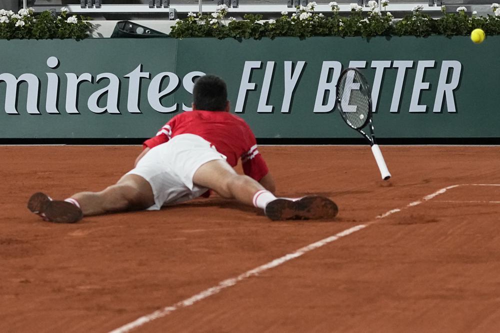 Pha trượt ngã khiến Djokovic chảy máu ở tay trái. Ảnh: AP