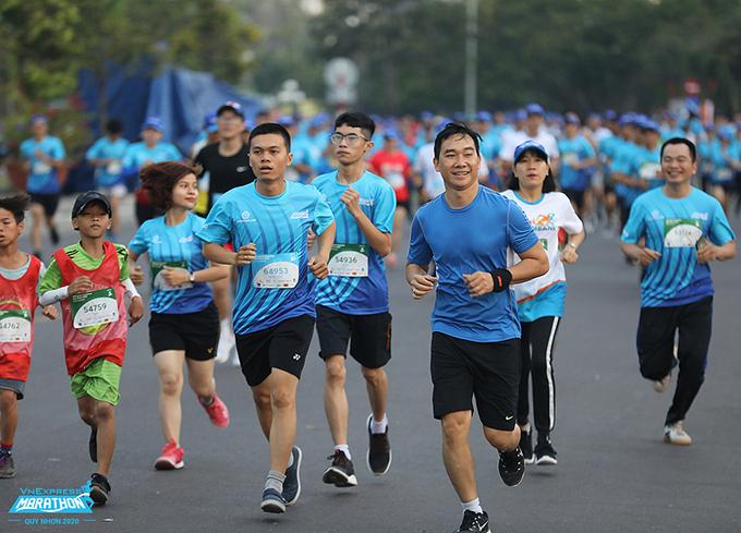 Các runner sải bước trên đường chạy VnExpress Marathon Quy Nhơn năm 2020. Ảnh: VnExpress Marathon.