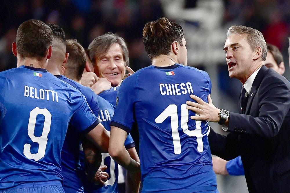Memanfaatkan talenta muda seperti Chiesa dan secara rasional menggunakan pengawal tua seperti Chiellini, Bellotti, Mancini selangkah demi selangkah membantu Italia bertransformasi, keluar dari rawa kegagalan di kualifikasi Piala Dunia 2018. Foto: AFP