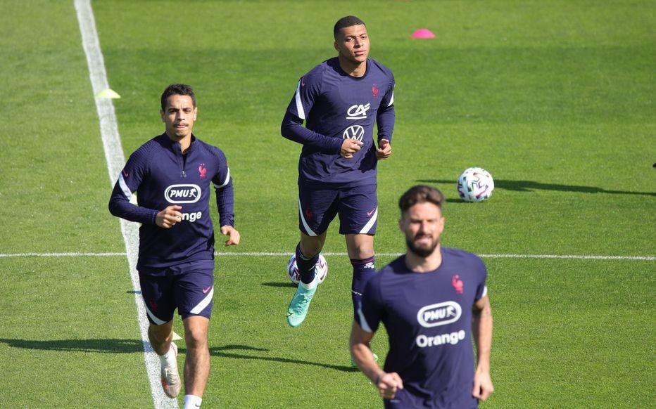 Mbappe và Giroud, Ben Yedder trên sân tập Clairefontaine hôm 10/6. Ảnh: Le Parisien