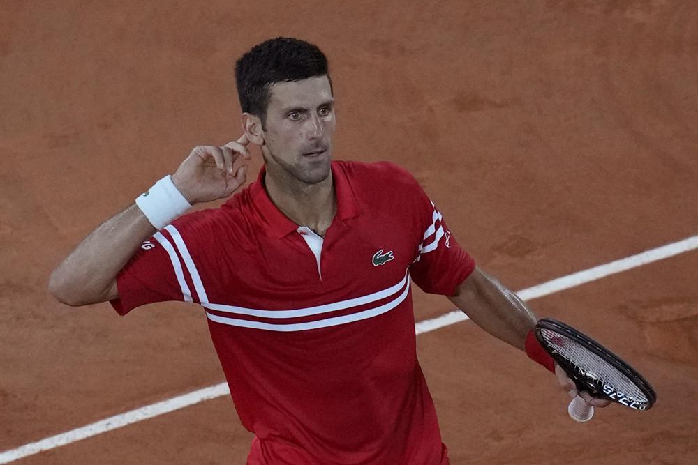 Djokovic mừng chiến thắng nghẹt thở trong set ba. Ảnh: AP