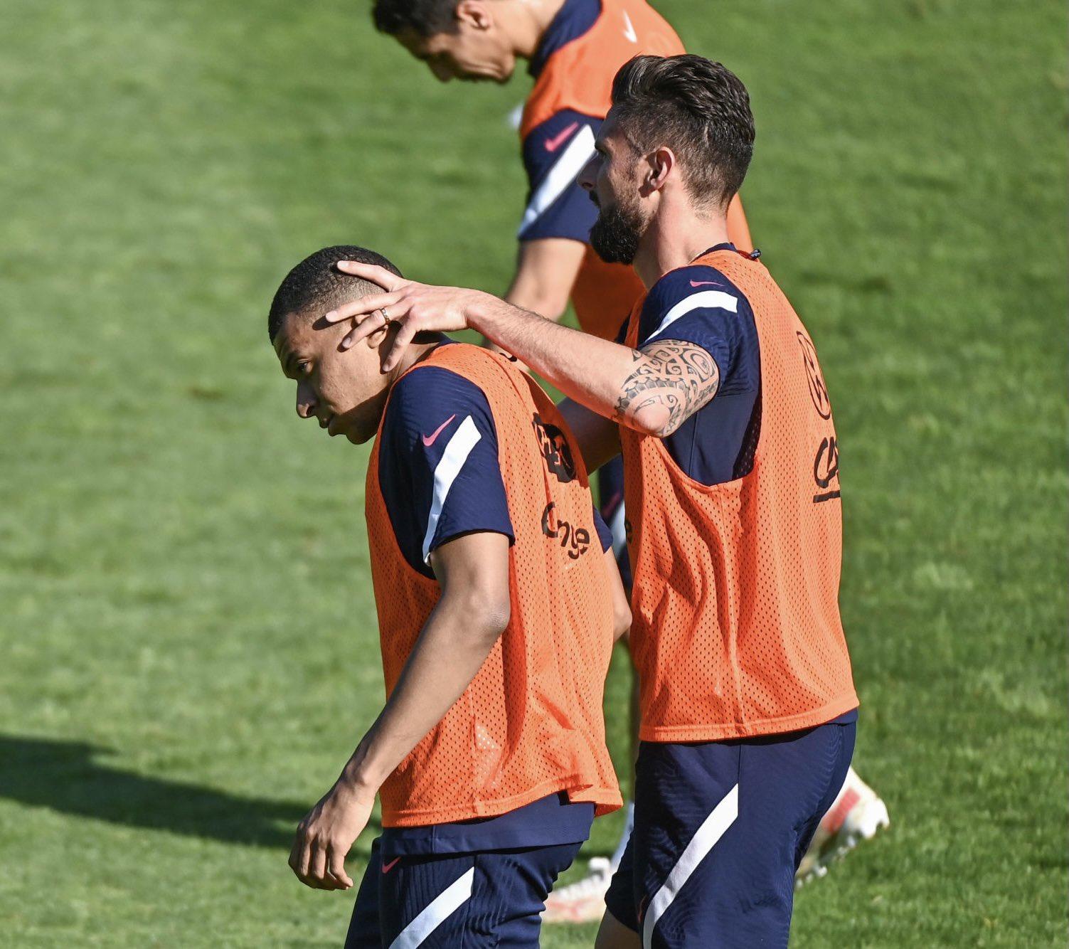 Mbappe tỏ ra không thiện chí trước cử chỉ thân thiện của Giroud. Ảnh: FFF