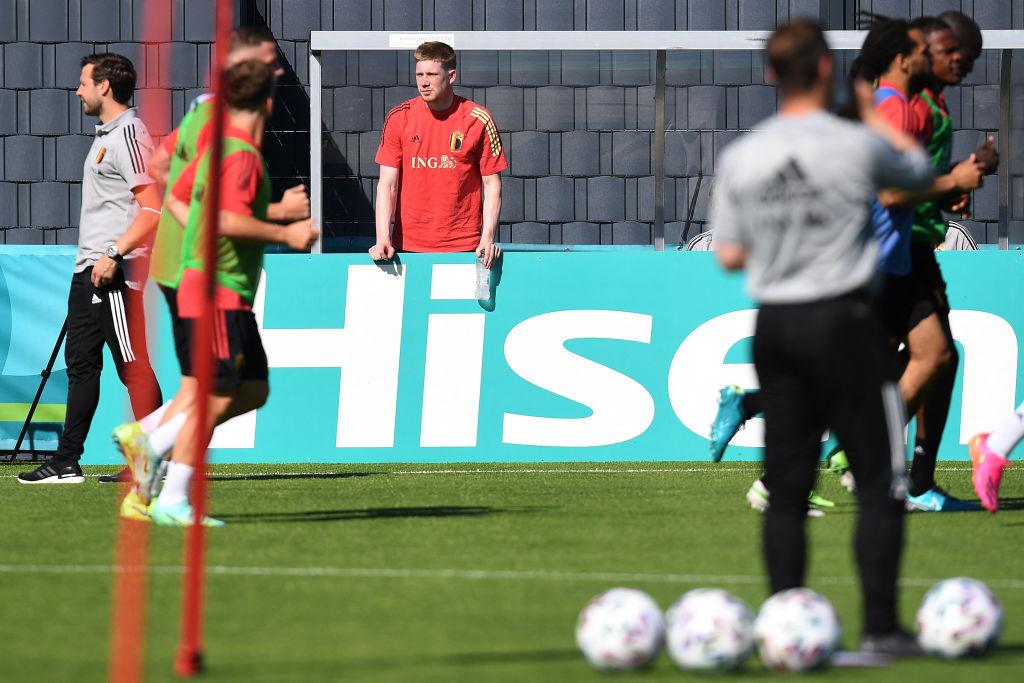 De Bruyne đứng ngoài xem buổi tập của tuyển Bỉ hôm 10/6. Ảnh: Twitter / Red Devils