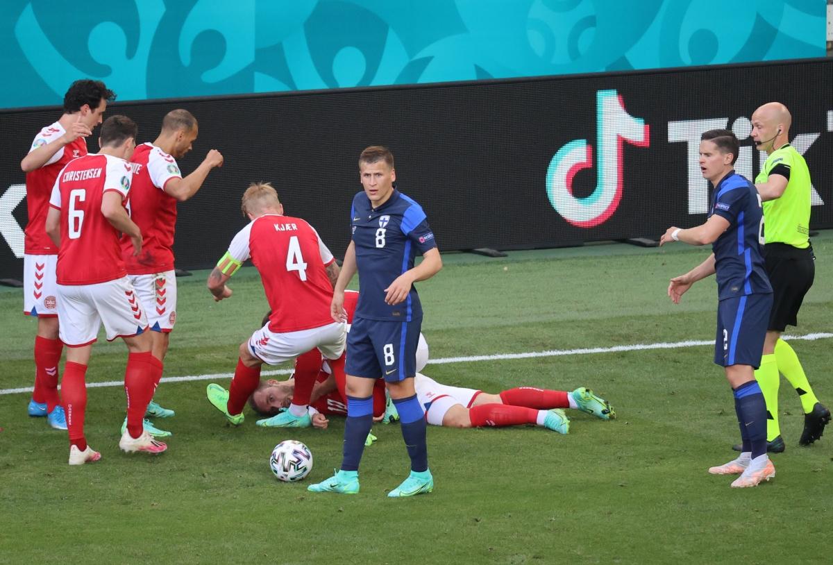Eriksen pingsan di lapangan di akhir babak pertama.  foto: AFP