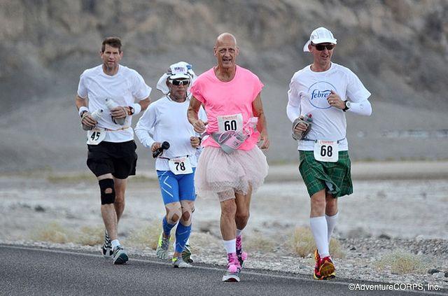 Keith còn gây ấn tượng cho cộng đồng yêu chạy địa hình trên thế giới bằng hình ảnh chạy với bộ váy áo màu hồng đầy nữ tính.