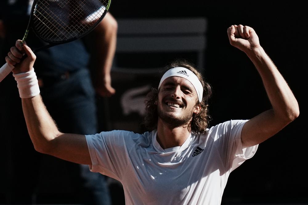 Tsitsipas merayakan kemenangan dalam lima set melawan Zverev di semifinal.  Foto: AP