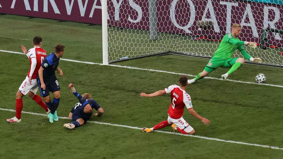 Kiper Schmeichel (hijau) tak mampu menyelamatkan satu-satunya tembakan lawan.  foto: AFP