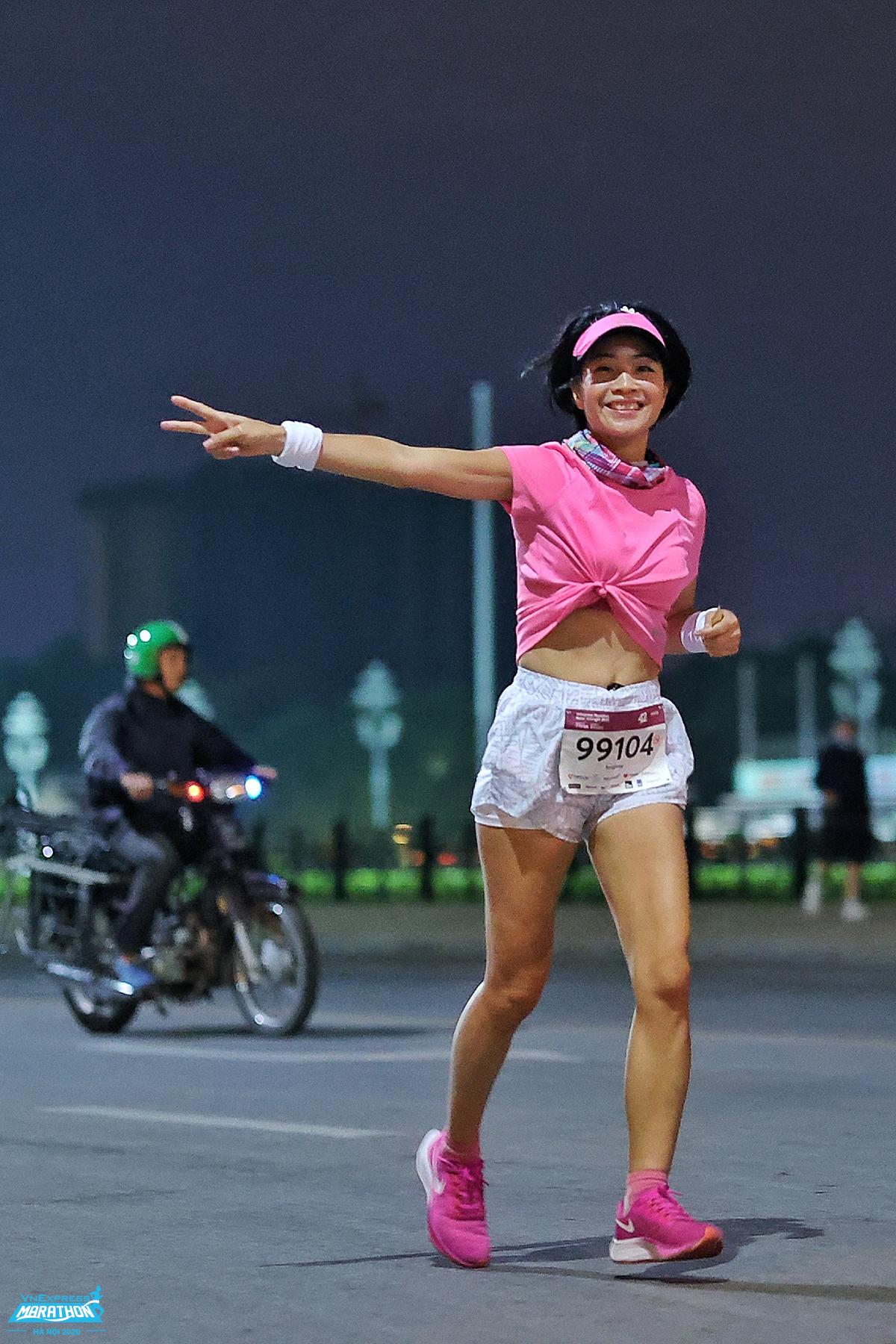 Nữ runner chạy giải đêm VM Hà Nội 2020. Ảnh: VnExpress Marathon.
