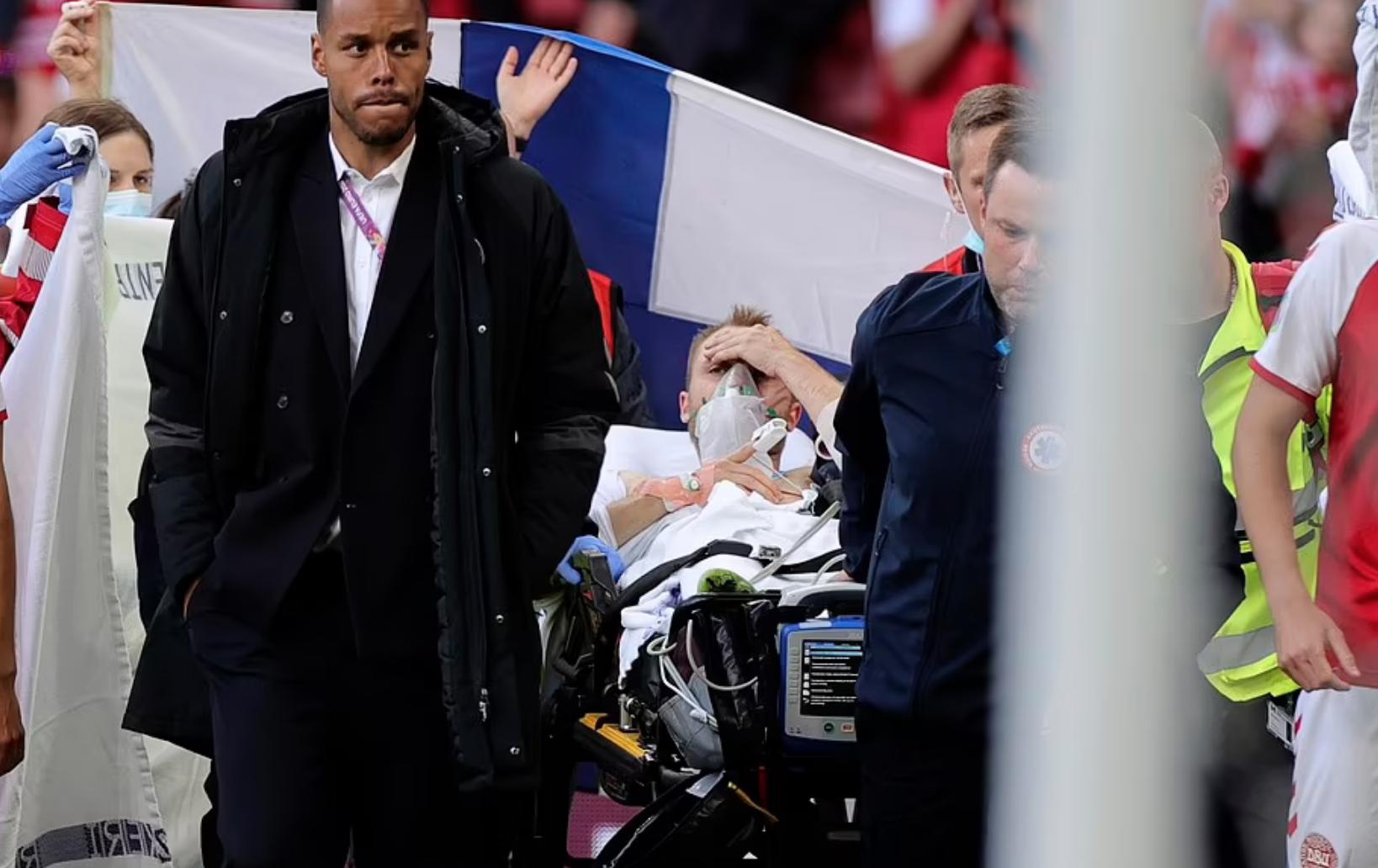 Eriksen dikeluarkan dari lapangan setelah insiden tersebut.  Foto: AP.
