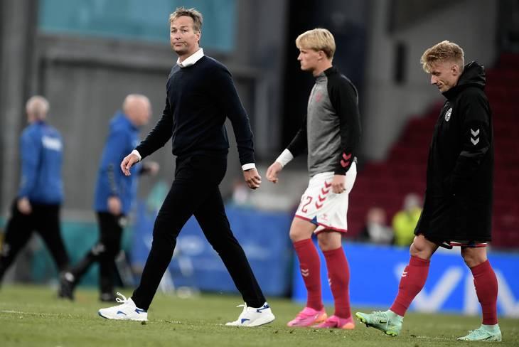 HLV Hjulmand và các cầu thủ dự bị Đan Mạch trở lại sân để chuẩn bị đá nốt trận đấu với Phần Lan. Ảnh: Ekstra Bladet