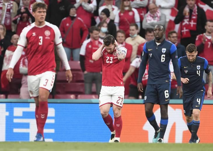 Cầu thủ hai đội vẫn chưa hết bàng hoàng khi trở lại sân để thi đấu tiếp. Ảnh: Ekstra Bladet