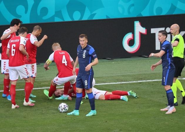Eriksen nằm bất động sau khi ngã xuống. Ảnh: AFP