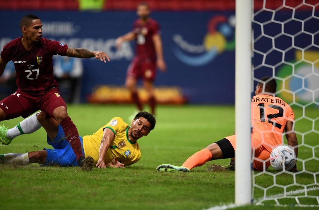 Marquinhos đổ người sau khi ghi bàn cho Brazil. Ảnh: AFP.