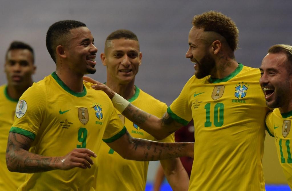 Neymar (số 10) chia vui cùng các đòng đội sau khi ghi bàn nâng tỷ số lên 2-0. Ảnh: AFP.