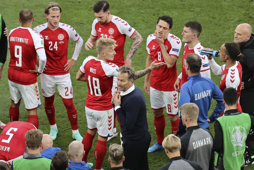 Pelatih Kasper Hjulmand menginstruksikan para pemain Denmark saat istirahat melawan Finlandia di Stadion Parken, Kopenhagen pada 12 Juni.  Foto: AP
