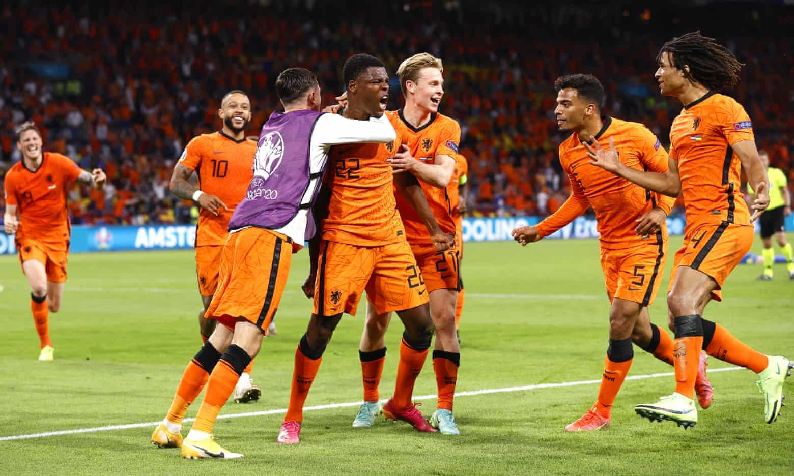 Pemain Belanda itu memberi selamat kepada Dumfries (No. 22) setelah mencetak kemenangan 3-2.  Foto: EPA